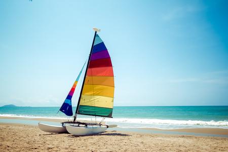 夏のトロピカルビーチでカラフルなヨット。 写真素材