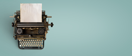 Encabezado de máquina de escribir vintage con papel viejo. Tecnología de máquina retro: vista superior y diseño creativo plano.