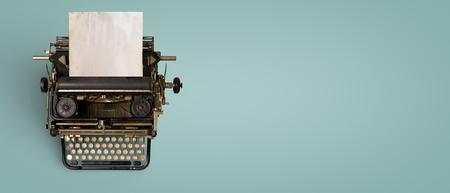 Intestazione macchina da scrivere vintage con carta vecchia. tecnologia retro macchina - vista dall'alto e design creativo piatto.
