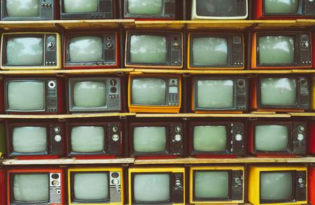 Modelli la parete della televisione d'annata del mucchio (TV) - stile d'annata di effetto del filtro. tecnologia retrò. Archivio Fotografico