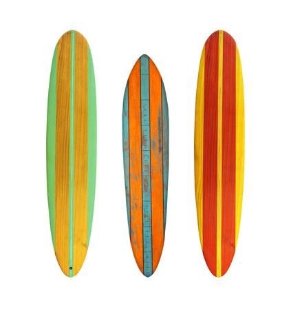 Planche de surf en bois vintage isolée sur blanc avec un tracé de détourage pour objet, styles rétro.