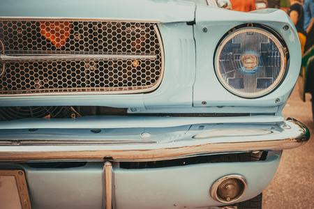 Lampada faro di auto d'epoca - veicoli in stile classico vintage. effetto filtro colore pellicola retrò. Archivio Fotografico