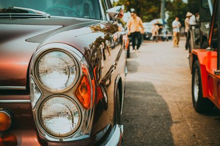 Scheinwerferlampe des Oldtimers - Fahrzeuge im klassischen Stil der Fahrzeuge. Retro-Filmfarbfiltereffekt.