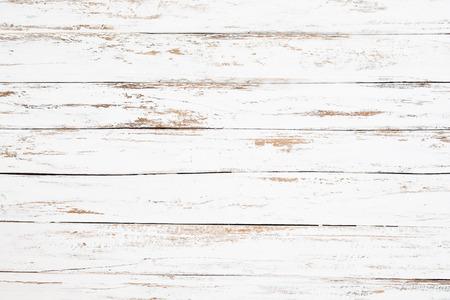 Tablón de madera pintado en blanco desgastado y viejo. Fondo de madera blanco rústico y vintage.