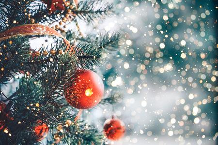 Kerstboom met rood balornament en decoratie, fonkelingslicht. Kerstmis en Nieuwjaar vakantie achtergrond. vintage kleurtoon.