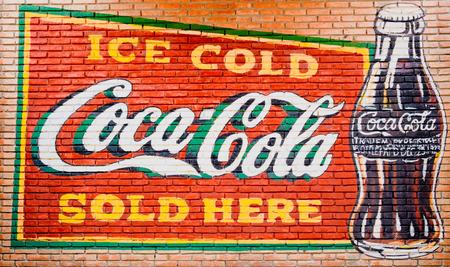 BANGKOK - THAILANDIA, 26 febbraio 2019 : Vecchio muro vintage di condizioni del logo della Coca-Cola. il 26 febbraio 2019 a Bangkok in Thailandia.