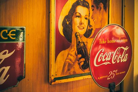 BANGKOK - THAILANDIA, 26 febbraio 2019 : Vecchia annata del logo Coca-Cola. il 26 febbraio 2019 a Bangkok in Thailandia.