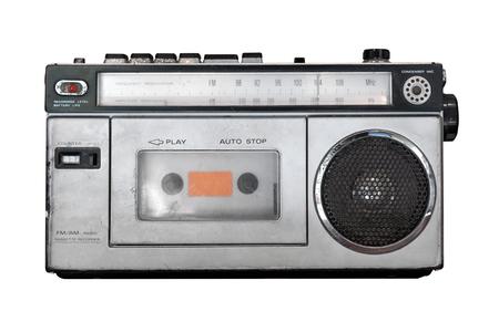 Lettore di cassette vintage - vecchio ricevitore radio isolato su bianco con tracciato di ritaglio per oggetto. tecnologia retrò Archivio Fotografico