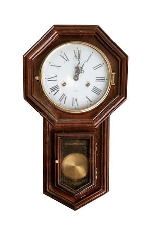 Horloge murale vintage isolée sur blanc avec un tracé de détourage pour l'objet.