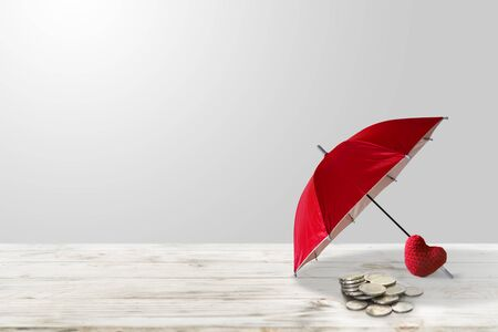Geld besparen voor investeringen in de gezondheidszorg. Verzekeringspolis om activa en investeringsgezondheids- en verzekeringsfondsconcept te accumuleren