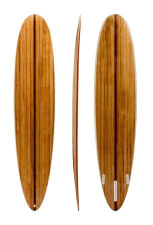 Planche de surf longboard en bois rétro isolée sur blanc avec un tracé de détourage pour objet, styles vintage.