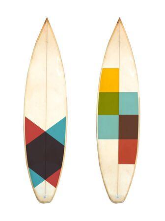 Planche de surf courte en mousse rétro isolée sur blanc avec chemin de détourage pour objet, styles vintage.