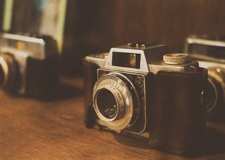 Collectibles Klassieke en oude filmcamera. retro-technologie. vintage kleurtoon. Stockfoto