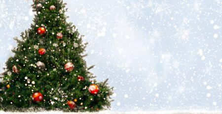 Árbol de Navidad con decoración, luz, copos de nieve. Para el diseño de fondo, banner web y tarjetas de felicitación en Navidad y año nuevo. Espacio libre para agregar texto. Foto de archivo