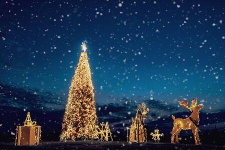 Choinka i dekoracja oświetlona na dziedzińcu w półmroku. Kartkę z życzeniami Wesołych Świąt Bożego Narodzenia i Nowego Roku.