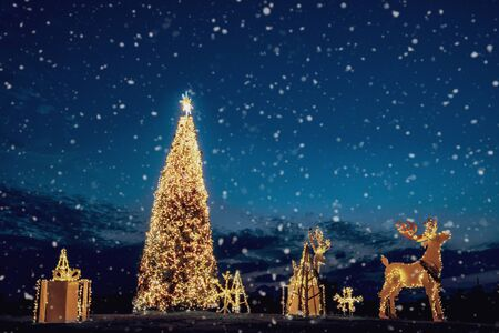 Kerstboom en decoratie verlicht op de binnenplaats in de schemering. Vrolijk kerstfeest en nieuwjaarsvakantie wenskaart.