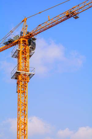 poleas: Grúas de construcción industrial en el fondo de cielo azul Foto de archivo