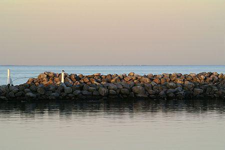tortillera: Harbor View, a finales de la tarde, con un dique de piedra y el oc�ano.