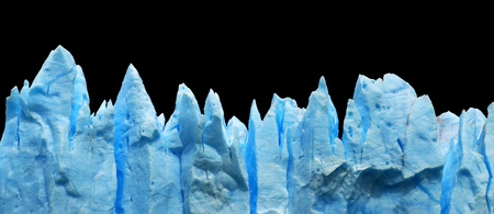 campo de hielo sur: blue icebergs isolated on black
