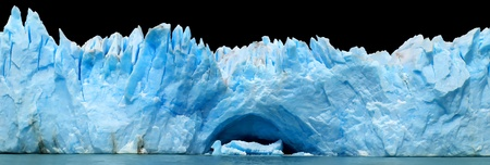 campo de hielo sur: panorama of blue icebergs isolated on black
