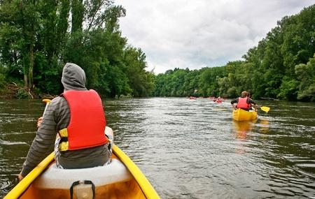piragua: Turistas en kayak por el río Dordoña, en el sur de Francia Foto de archivo