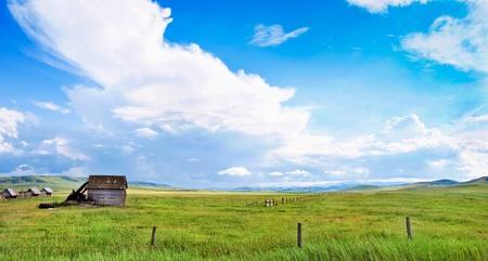 アルバータ州、カナダで古い納屋と美しい草原風景