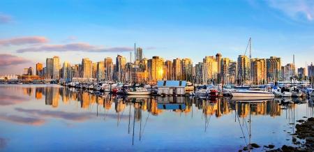 Panoramablick auf Vancouver Skyline bei Sonnenuntergang wie aus Stanley Park gesehen