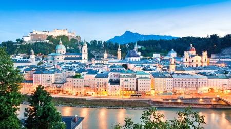 Salzburg panorama in de schemering gezien vanaf Kapuzinerberg in Salzburg, Oostenrijk