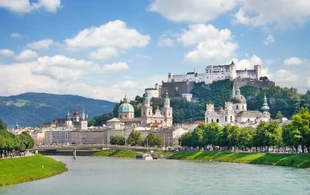 Salzburg skyline met de rivier de Salzach in Salzburg, Oostenrijk Stockfoto