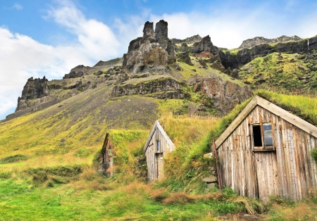 lowlands: Beautiful landscape with traditional turf houses at Nupsstadur farm near Skaftafell National Park, Sandar region, Iceland Stock Photo