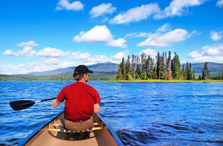 브리티시 컬럼비아, 캐나다의 광야에서 호수에 카누 남자 스톡 콘텐츠