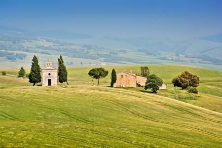 cappella: Hermoso paisaje con Cappella della Madonna di Vitaleta en la Val d'Orcia, en la provincia de Siena, Toscana, Italia