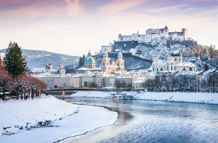 ホーエン ザルツブルク城とザルツブルク、オーストリア、冬のザルツァッハ川ザルツブルクのスカイラインの美しい景色