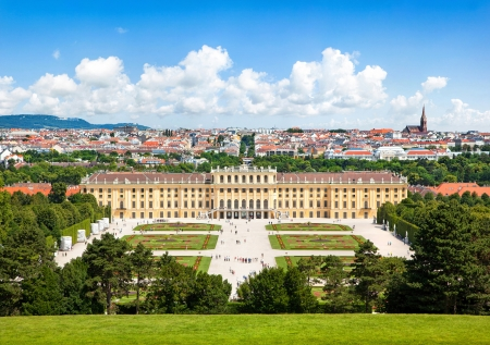 Beautiful view of famous Schoenbrunn Palace with Great Parterre garden in Vienna, Austria 新聞圖片
