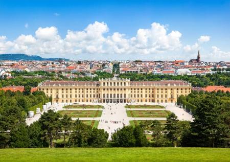 Prachtig uitzicht op de beroemde Schönbrunn Paleis met grote parterre tuin in Wenen, Oostenrijk Redactioneel
