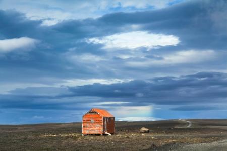 Kjolur 고원 도로, 아이슬란드에서 오래 된 빨간 눈보라 쉼터와 메 마른 풍경의 파노라마보기