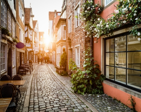 Historische Schnoorviertel bij zonsondergang in Bremen, Duitsland