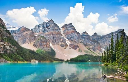 Schöne Landschaft mit Rocky Mountains und die berühmten Moraine Lake im Banff Nationalpark, Alberta, Kanada Standard-Bild