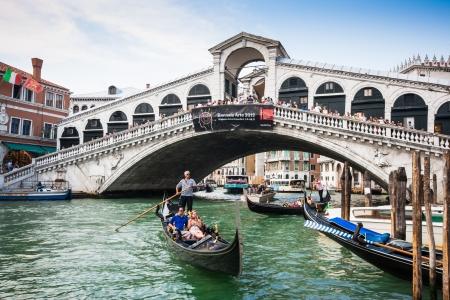 Traditionelle Gondeln auf Canal Grande mit Rialto-Brücke im Hintergrund, Venedig, Italien