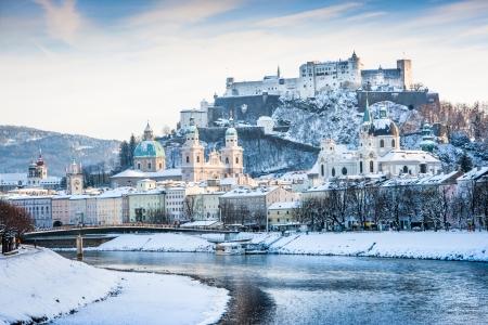 Belle vue sur Salzbourg horizon avec Hohensalzburg et la rivière Salzach en hiver, Salzbourg, Autriche