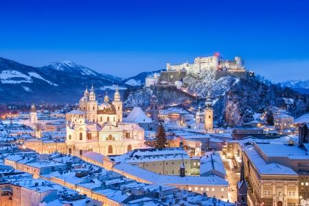 Ville historique de Salzbourg avec Hohensalzburg en hiver, Salzbourg, Autriche