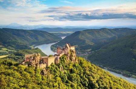 Aggstein 城の遺跡とオーストリアのヴァッハウ渓谷で夕暮れ時のドナウ川の美しい風景