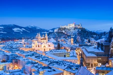 Mooi uitzicht op de historische stad Salzburg met Festung Hohensalzburg in de winter, Salzburgerland, Oostenrijk