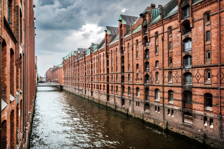 ハンブルク、ドイツに嵐の前に、の暗い雲とショッピング街のパノラマ ビュー 写真素材