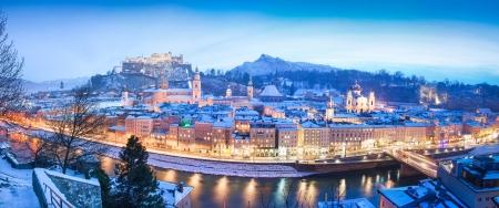 歴史的な街、ザルツブルグのホーエン ザルツブルク城とザルツブルク, オーストリア、冬にザルツァッハ川のパノラマ ビュー