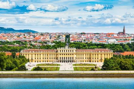 ウィーン、オーストリアの大花壇庭との有名なシェーンブルン宮殿の美しい景色 報道画像