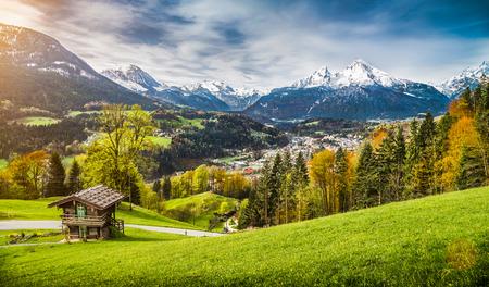 Vue panoramique de paysage de montagne dans les Alpes bavaroises avec le village de Berchtesgaden et Watzmann massif en arrière-plan au lever du soleil, Nationalpark Berchtesgaden, Bavière, Allemagne Banque d'images