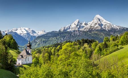 Prachtige berglandschap in de Beierse Alpen met bedevaartskerk van Maria Gern en Watzmann massief op de achtergrond, Nationalpark Berchtesgaden, Beieren, Duitsland