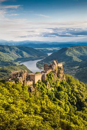 Beau paysage avec le château Aggstein ruine et Danube au coucher du soleil dans la Wachau, Autriche Éditoriale