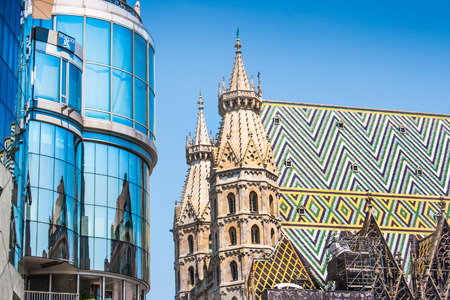 innere: Haas Haus with St  Stephen s Cathedral at Stephansplatz in Vienna, Austria Stock Photo